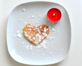 Cuore di Pancake a colazione. San Valentino è nell'aria.
